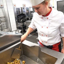 Préparation des patates pour le repas du midi