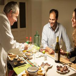 Préparation d'un dîner pour un couple d'amoureux