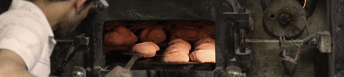 Le boulanger faisant cuire son pain