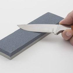Geste à effectuer du couteau sur la pierre