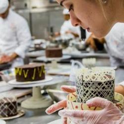 Artisan pâtissier au travail