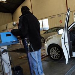 Technicien contrôlant un véhicule particulier