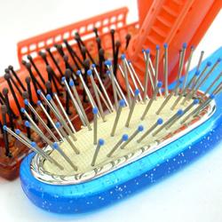 Se brosser les cheveux avec une brosse pour donner du volume