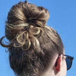 Chignon pour protéger ses cheveux du soleil