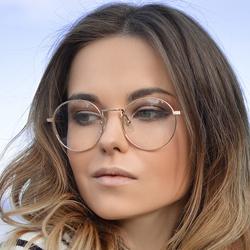 Se maquiller en portant des lunettes
