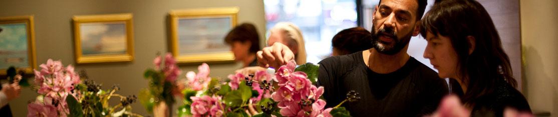 Professeur montrant à son élève la réalisation d'une composition d'art floral traditionnelle