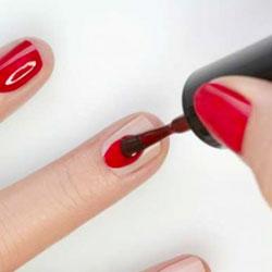 Maîtriser le geste avec le pinceau pour poser le vernis sur l'ongle