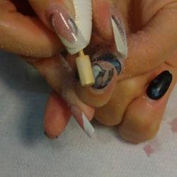 Retirer la pellicule de résine acrylique sur l'ongle