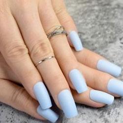 Ongles collés sur les ongles naturels