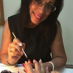 Rosa, enseignante en stylisme ongulaire