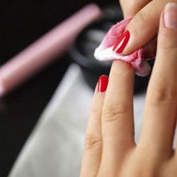 Imbiber un coton avec le dissolvant puis passer le sur l'ongle