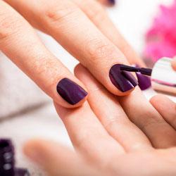 Manucure pose de faux ongles