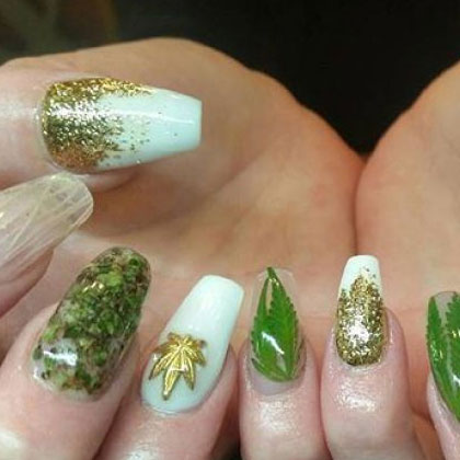 Faux ongles décorés avec de la ... marijuana